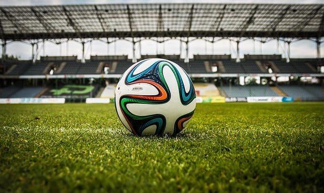 ballon sur une pelouse d'un stade vude