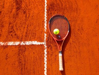 raquette sur un terrain de tennis