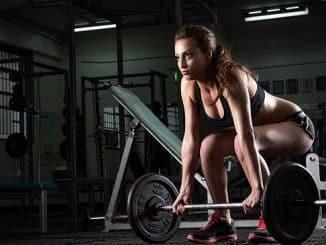 une femme en pleine séance de fitness