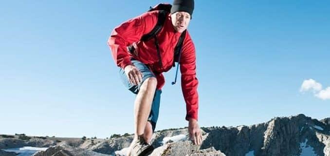 un homme fait une randonnee en haute montagne