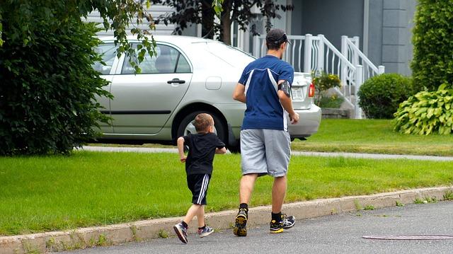 un homme faisant son footing dans son quartier