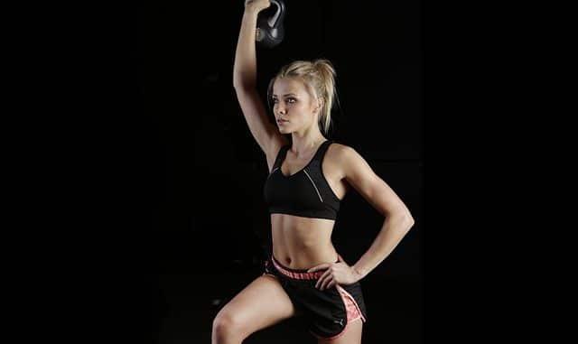 une femme qui fait du fitness