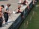 des pecheurs font du street fishing