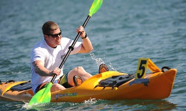 homme faisant du kayak