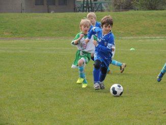 enfant qui joue au foot