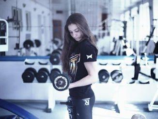femme dans une salle de sport