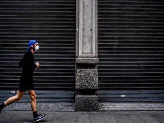 ville trottoir homme masque jogging