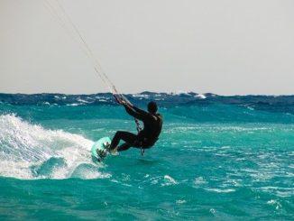personne faisant du kitesurf