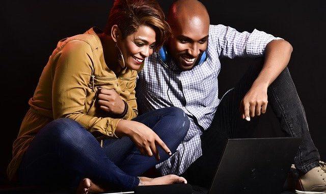 un couple qui joue sur un ordinateur